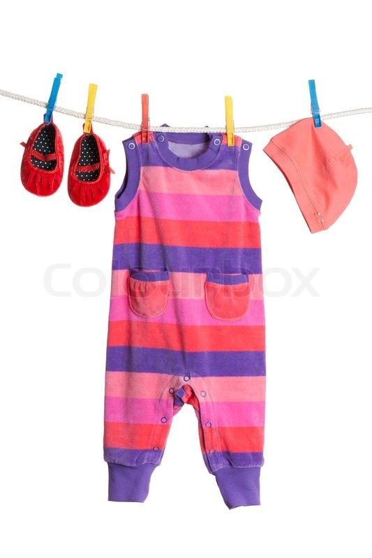 Kinderkleidung auf wäscheleine  Eine Reihe von Kinderkleidung an einer Wäscheleine hängen ...
