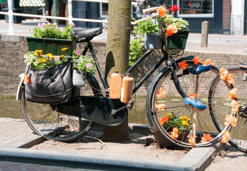 altes fahrrad mit blumen und flaschen trinken stockfoto colourbox. Black Bedroom Furniture Sets. Home Design Ideas