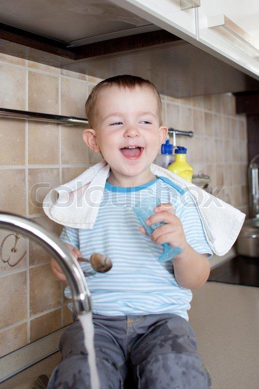 lustige kleine kind junge waschen schale   stockfoto
