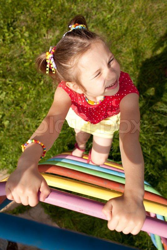 Mädchen mit Zöpfen spielt   Stock Bild   Colourbox