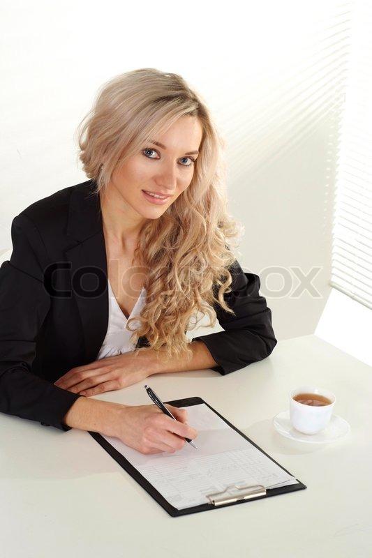 Блондинка в офисе фото