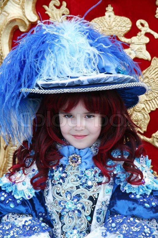 A la moda - Página 3 4628480-525523-smiling-little-girl-wearing-an-antique-princess-dress-sitting-on-a-princess-throne