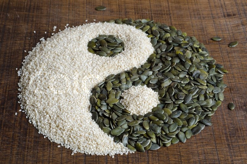 The yin yang created out of pumpkin seeds and sesame seeds for Jardin yin yang