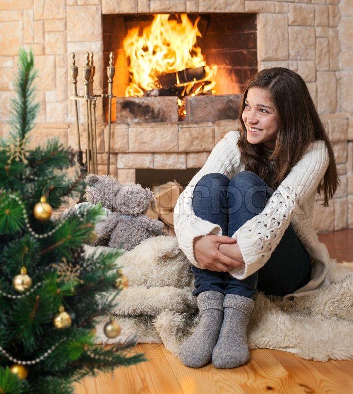 Фото девушки сидящей на ёлке 12 фотография