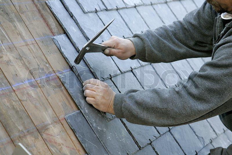 h nde von einer festsetzung ein schiefer ziegel auf dem dach dachdecker stockfoto colourbox. Black Bedroom Furniture Sets. Home Design Ideas