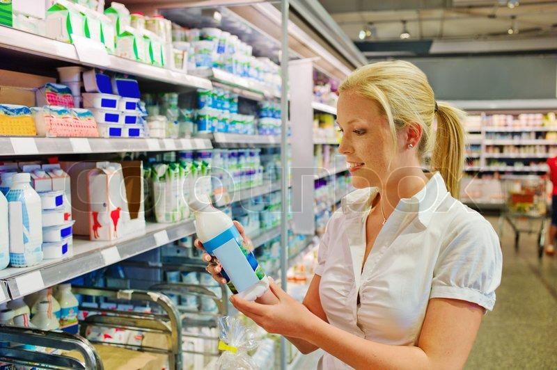 Gartenmobel Holz Chelsea : Frau Milch im Supermarkt zu kaufen  StockFoto  Colourbox