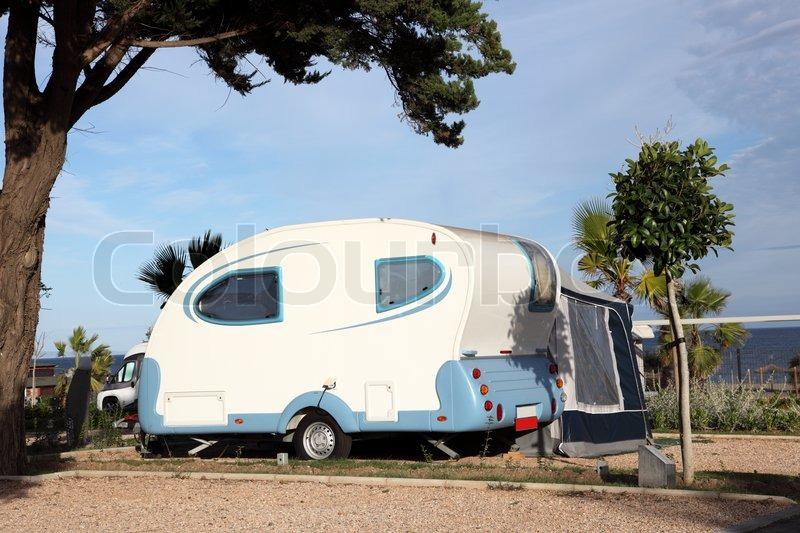 kleine wohnwagen auf einem campingplatz stockfoto. Black Bedroom Furniture Sets. Home Design Ideas