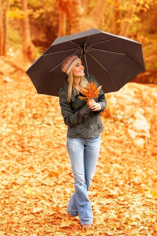 bild h bsche frau stehend unter dach im herbst wald regenwetter gl cklich l chelnd blonde. Black Bedroom Furniture Sets. Home Design Ideas