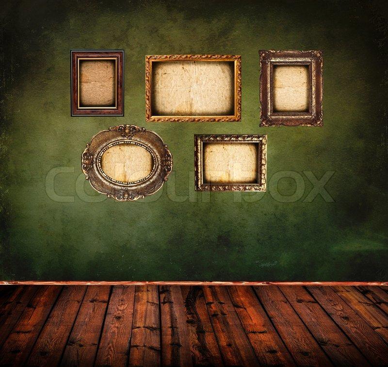 Retro Raum mit leeren antike Bilderrahmen auf Grunge grüne Wand ...