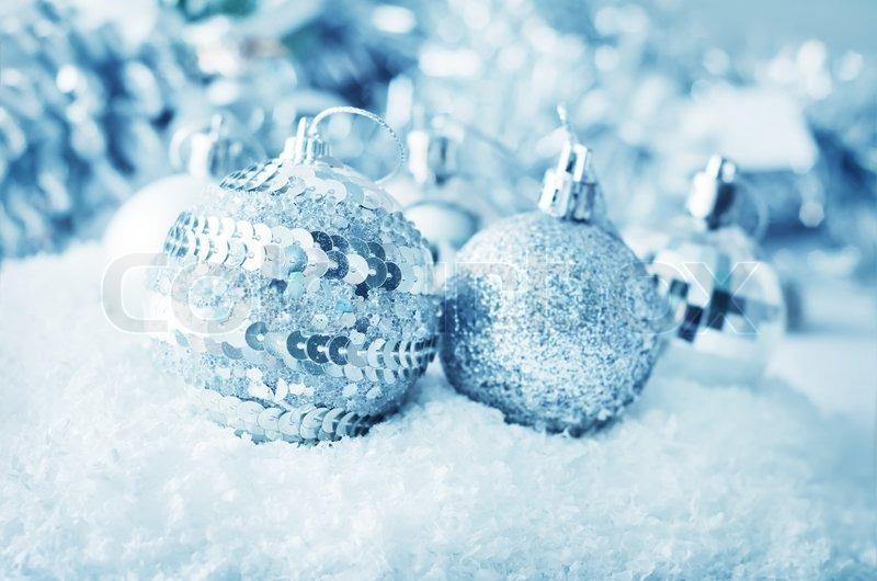 weihnachtskugeln silber kugeln weihnachtsdekoration auf dem hellen hintergrund stockfoto. Black Bedroom Furniture Sets. Home Design Ideas