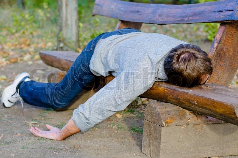 Drunk Mann Schlafend Im Park Stockfoto Colourbox