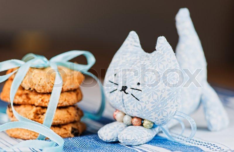 876a8a5d38e Hjemmelavet legetøj kat og cookie på ... | Stock foto | Colourbox