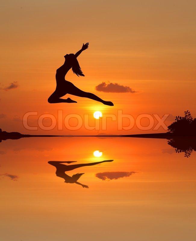 silhouette einer sch nen ballett m dchen im sonnenuntergang am strand stockfoto colourbox. Black Bedroom Furniture Sets. Home Design Ideas