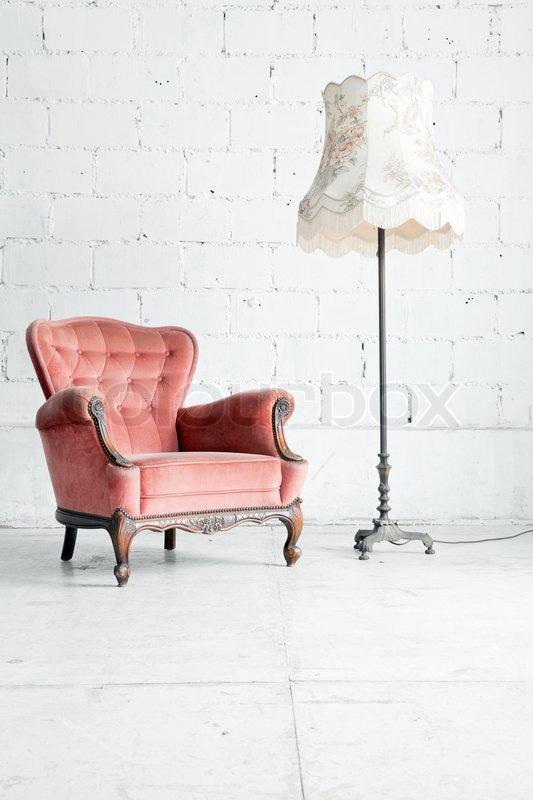 rosa klassischen stil sessel sofa couch in vintage zimmer mit schreibtisch lampe stockfoto. Black Bedroom Furniture Sets. Home Design Ideas