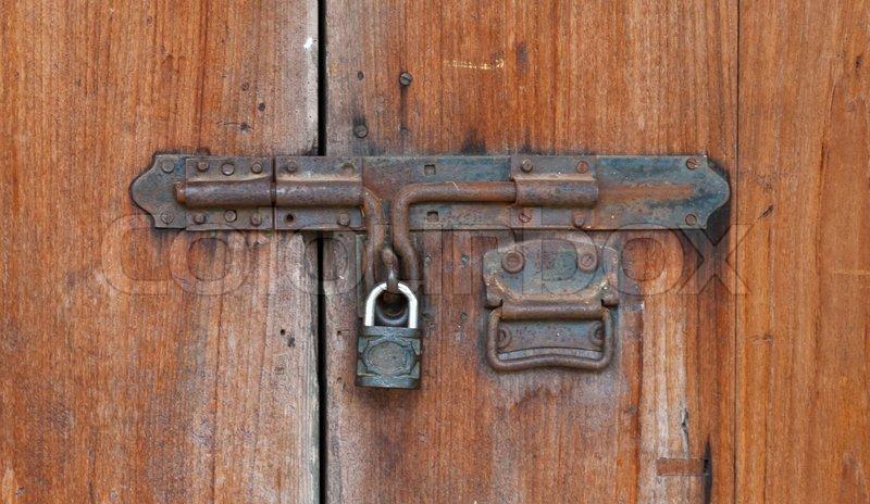 Geschlossene holztür  Geschlossene Holztür mit Schloss | Stockfoto | Colourbox