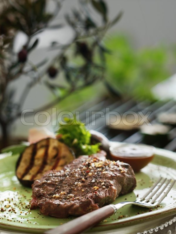 Stock image of 'A plate with grilled steak and vegetables'