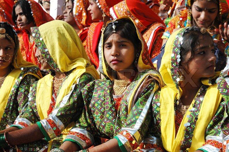 Pushkar, Indien - NOVEMBER 21: Smukke unge indiske kvinder forbereder sig til perfomance på den ...