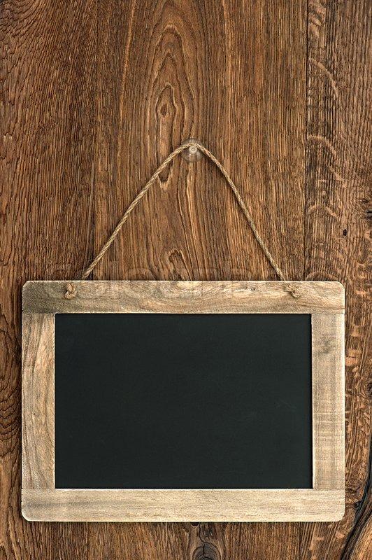 Verbazingwekkend Vintage Tafel hängen Holzwand   Stock Bild   Colourbox EY-21