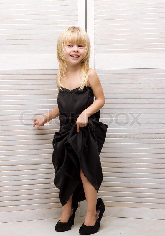 m dchen 3 jahre alt mutter kleid und high heels stockfoto colourbox. Black Bedroom Furniture Sets. Home Design Ideas