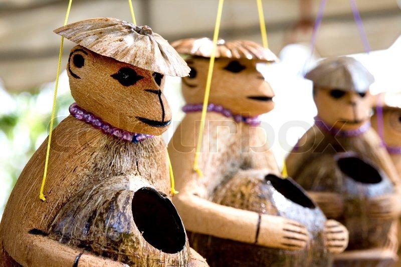 Niedlichen h lzernen affen puppe aus kokosnuss schale ein for Wealth out of waste ideas