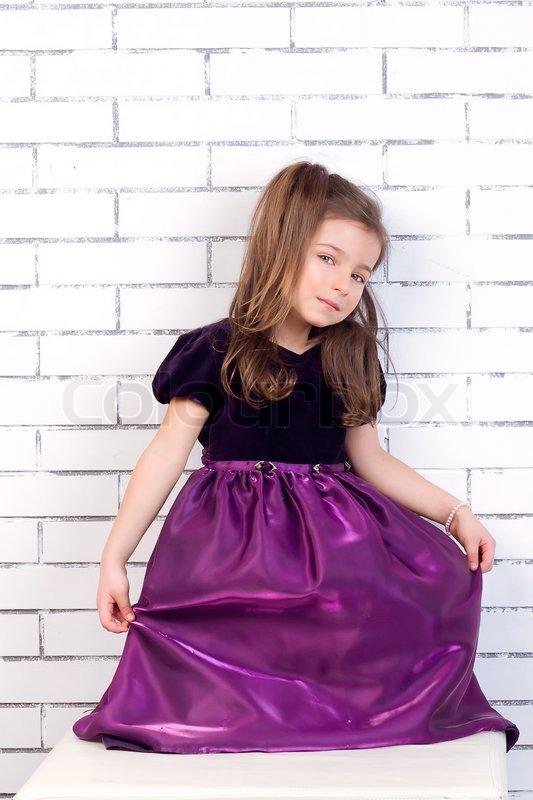 kinder bis 5 jahre alt in einem lila   stock bild