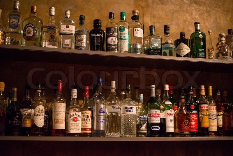 Bar Regale voller alkoholischer Getränke -Flaschen | Stockfoto ...