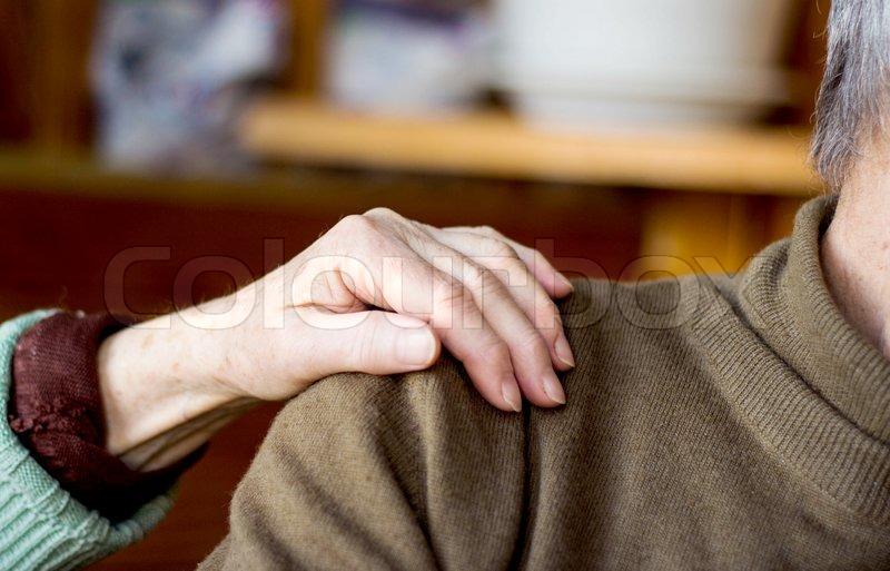 Если мужчина кладет свою руку тебе на колени