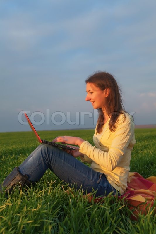 Stock image of 'Teen girl with a laptop'