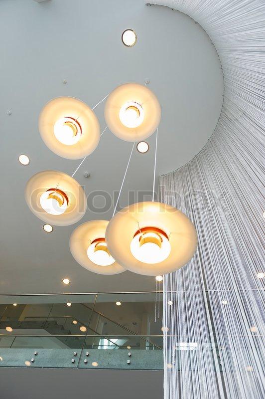 Moderne Overhead Beleuchtungskörper Oder Kronleuchter , Bestehend Aus Fünf  Lichter Montiert In Einem Hängenden Spirale In Verschiedenen Höhen Von  Einem ...
