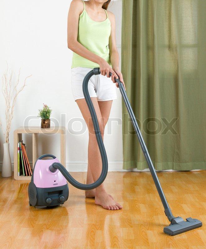 hausfrau mit einem staubsauger maschine den boden zu reinigen stockfoto colourbox. Black Bedroom Furniture Sets. Home Design Ideas