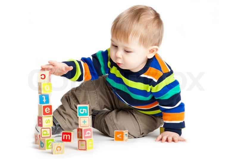 baby spielt mit spielzeug aus holz w252rfel mit buchstaben