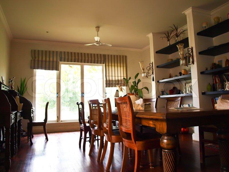 Spisestue interiør med klassiske brune møbler og naturligt lys ...