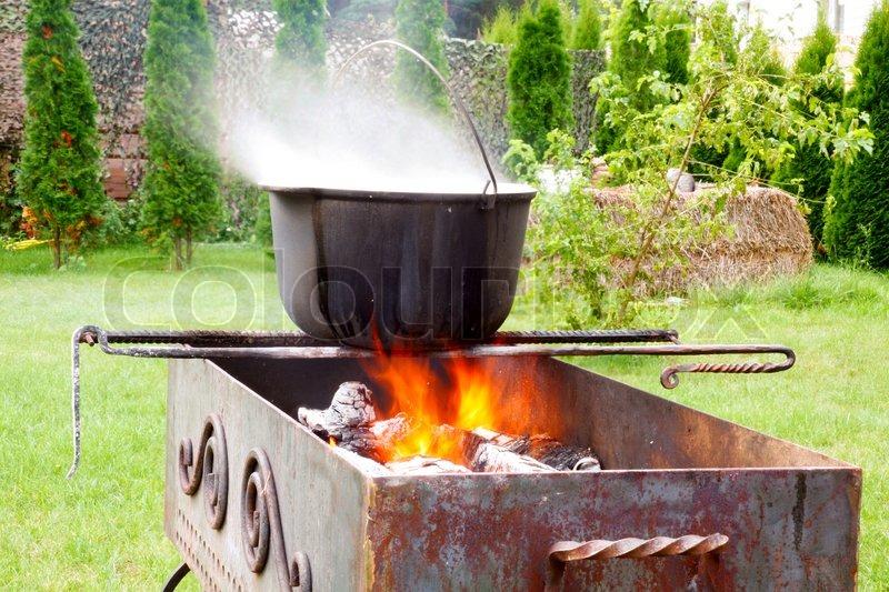 Gusseisen Kessel über dem offenen Feuer | Stockfoto | Colourbox