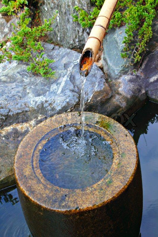 Japanische Heimischen Garten Bambus Wasserfall Teich | Stockfoto | Colourbox