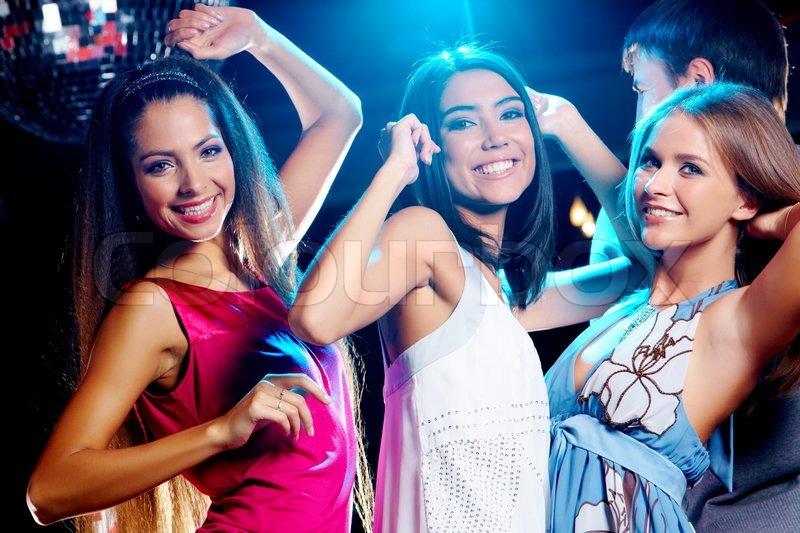 Три девушки и парень в клубе 7 фотография