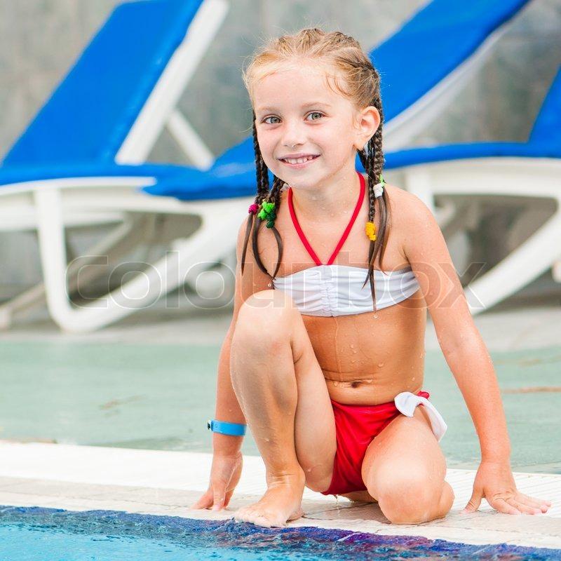 Große Mädchen nackt im Pool