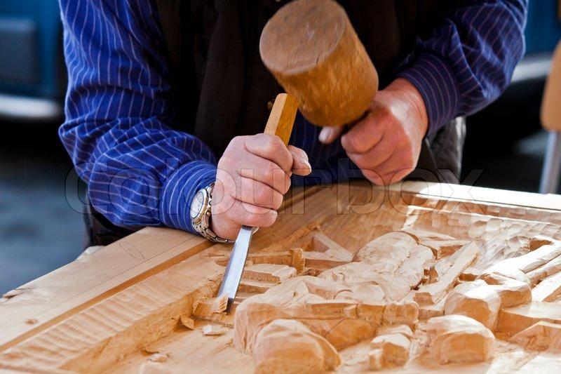 Tischler bei der arbeit  Solarplexus Stechbeitel Schreiner Werkzeug Arbeit des Künstlers ...