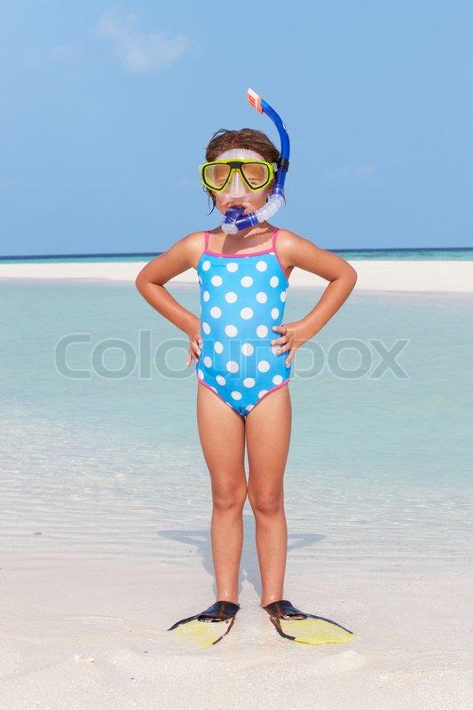 ba4deea30fd Stock foto af 'Pige stående på stranden Iført snorkel og Flippers'