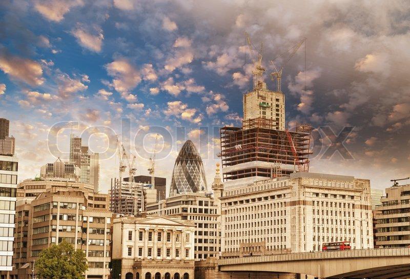 Moderne geb ude und architektur von london im herbst for Moderne architektur gebaude