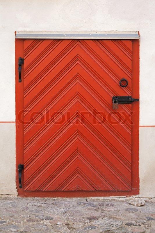 kleine rote holzt r mit schloss im alten geb ude fassade tallinn estland stockfoto colourbox. Black Bedroom Furniture Sets. Home Design Ideas