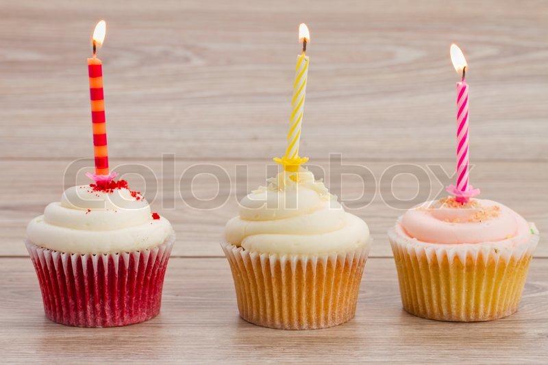 Geburtstag Cupcakes Auf Dem Tisch Stockfoto Colourbox