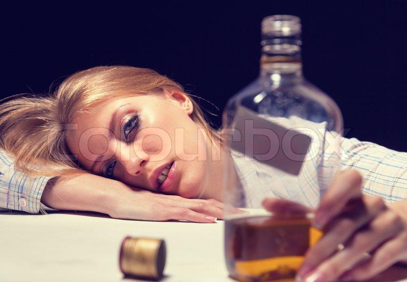 Helfen Sie dass der Mann nicht trank