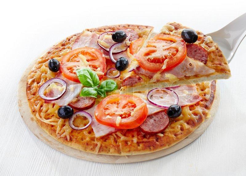 pizza mit salami speck tomaten und schwarzen oliven stock foto colourbox. Black Bedroom Furniture Sets. Home Design Ideas