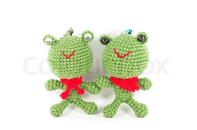 Handarbeit gehäkelt zwei grüne Frosch Puppe auf weißem Hintergrund ...