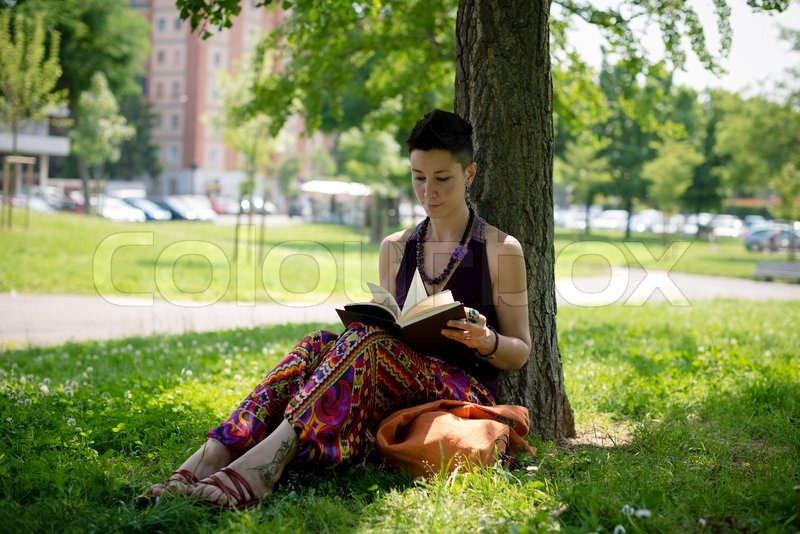 sch ne hipster kurze haare frau lesung buch im park stockfoto colourbox. Black Bedroom Furniture Sets. Home Design Ideas