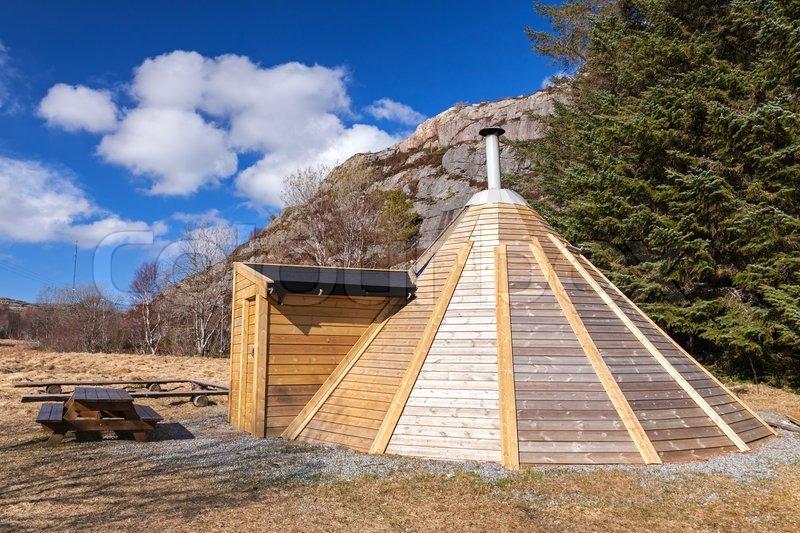 Kleine Hölzerne Kostenlos Für Camping Haus In Norwegen | Stockfoto |  Colourbox