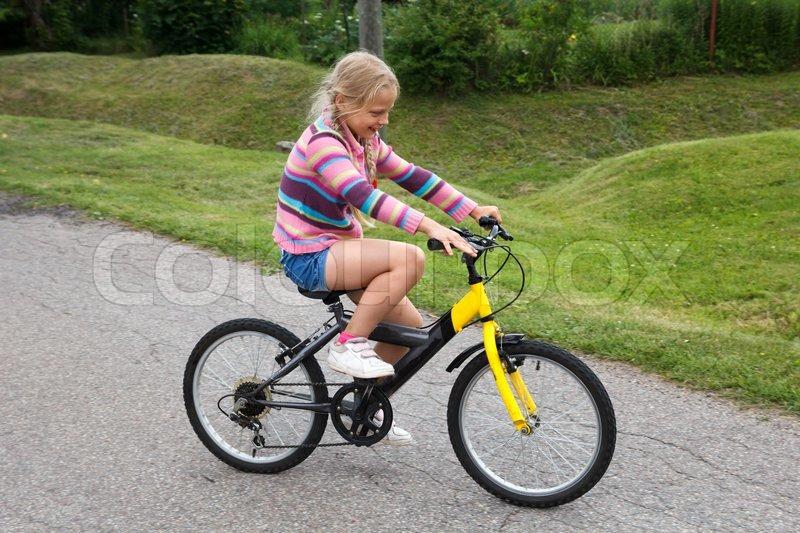 kleine m dchen lernen fahrrad zu fahren stockfoto. Black Bedroom Furniture Sets. Home Design Ideas