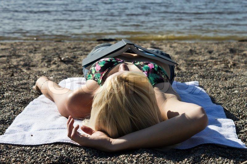 женщина уснула на пляже - 5