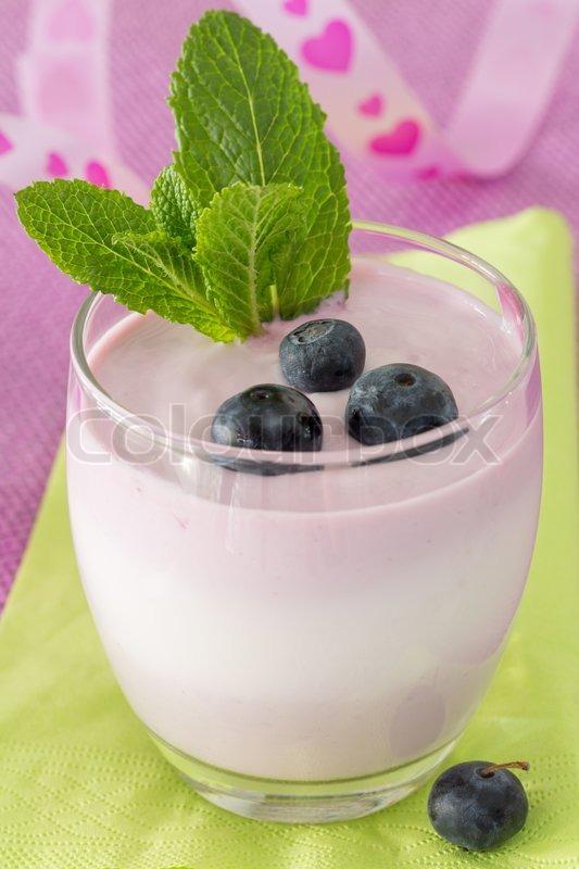 einzel glas frucht joghurt dessert mit heidelbeeren und. Black Bedroom Furniture Sets. Home Design Ideas