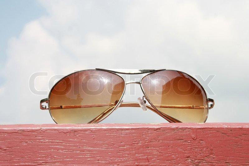 Solbriller på pink træ og overskyet | Stock foto | Colourbox